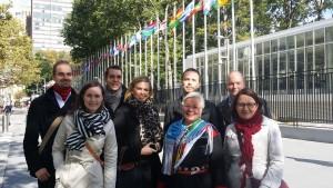 Vuoden 2014 polegaattimatkalaisia YK:n päämajan edustalla